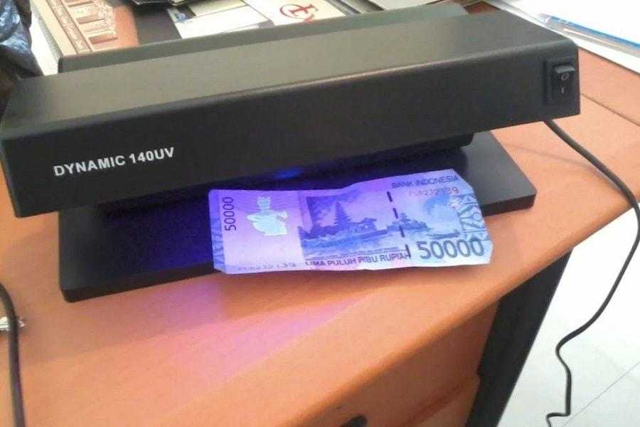Cara Mendeteksi dan Mengenali Uang Palsu