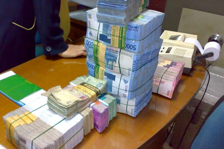 perbedaan uang sama duit