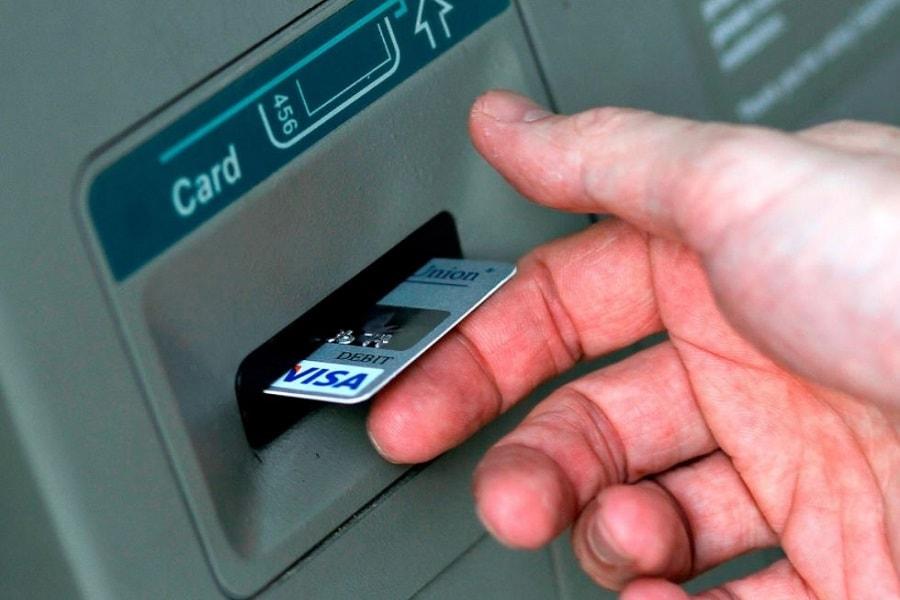 Penyebab kartu ATM tertelan dan bagaimana cara atasinya