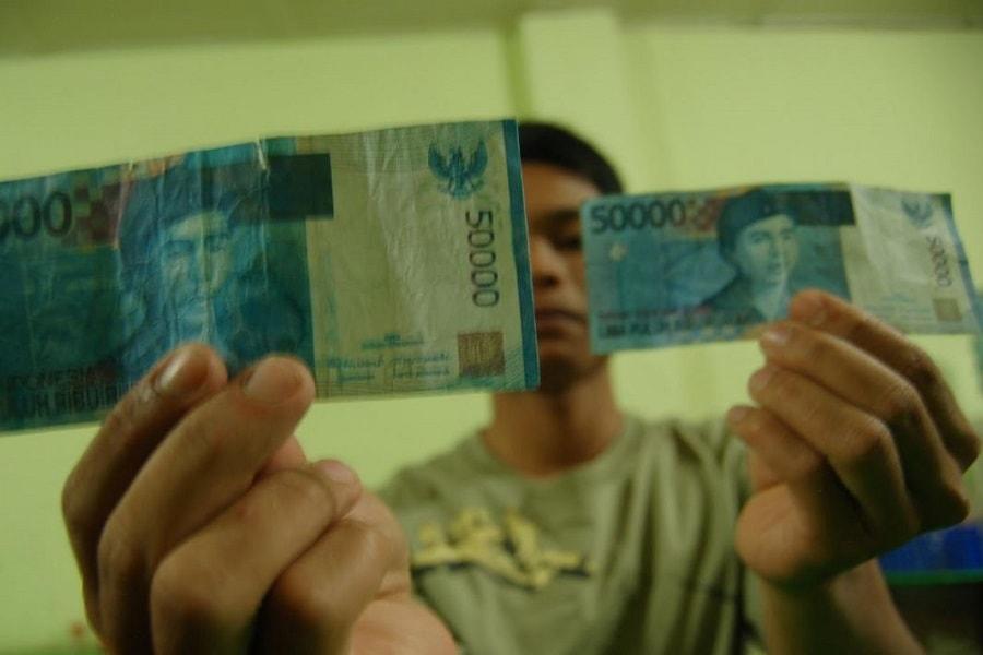 Perbedaan dan ciri-ciri uang asli dan palsu