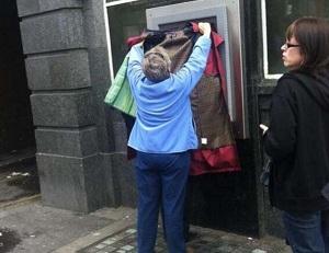 foto orang menggunakan ATM dengan tingkah pola lucu
