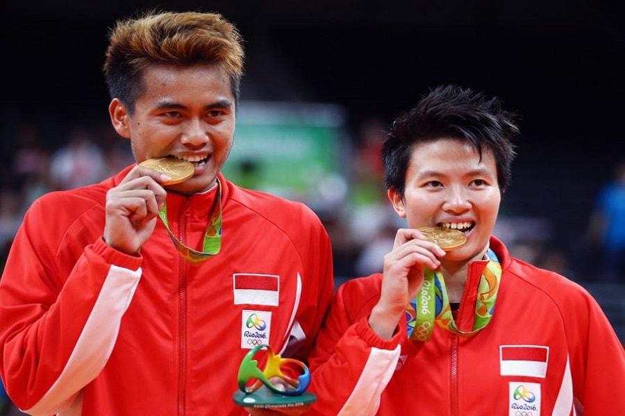 alasan mengapa atlet gigit medali emas saat difoto