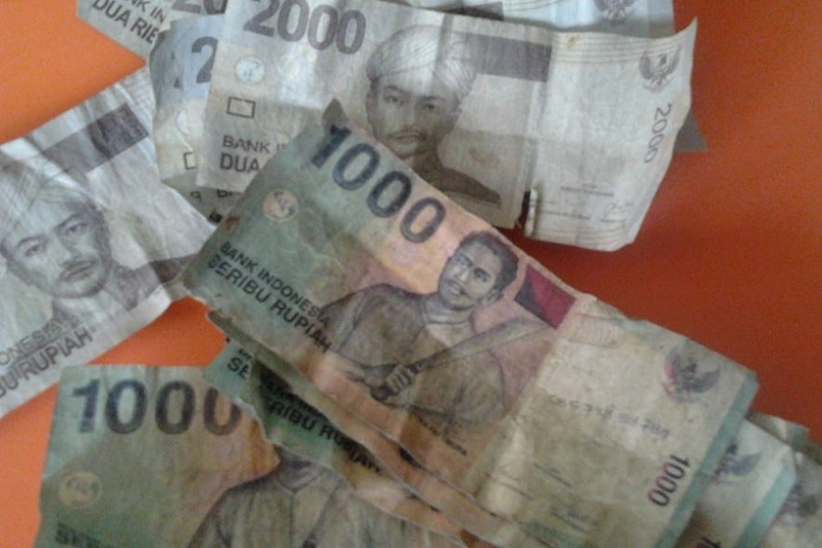 Cara merapikan uang kertas lecek agar halus kembali