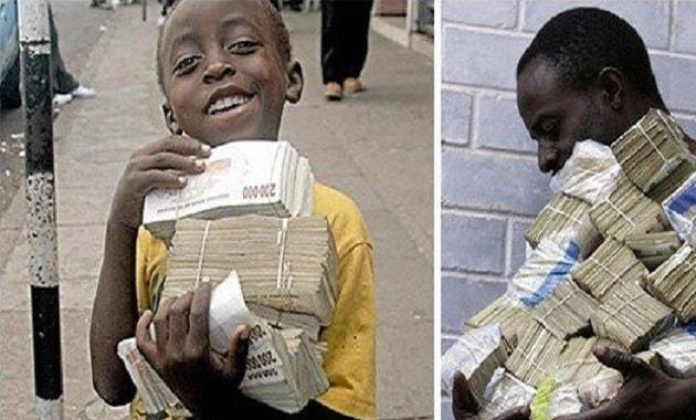 Anak kecil bawa uang dolar Zimbabwe bertumpuk-tumpuk