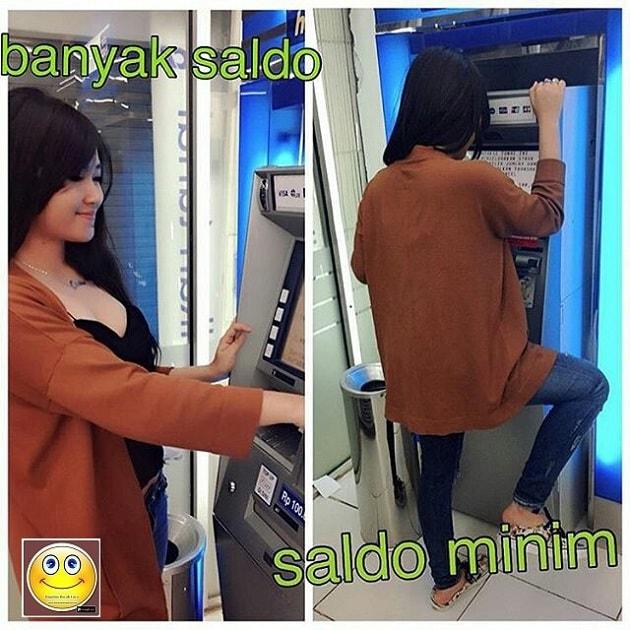 Gambar remaja menggunakan ATM lucu