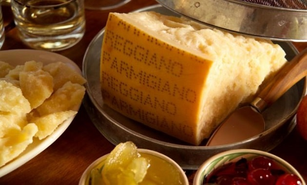Keju Italia Parmigiano-Reggiano dapat digunakan sebagai alat transaksi