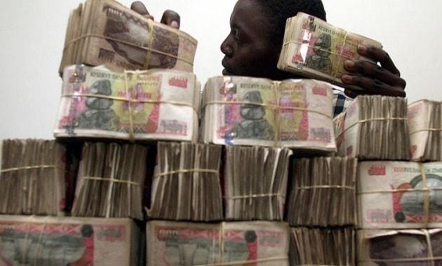 Tumpukan uang dolar Zimbabwe banyak banget