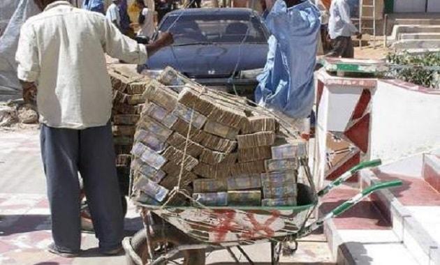 Uang dolar Zimbabwe diangkut gerobak
