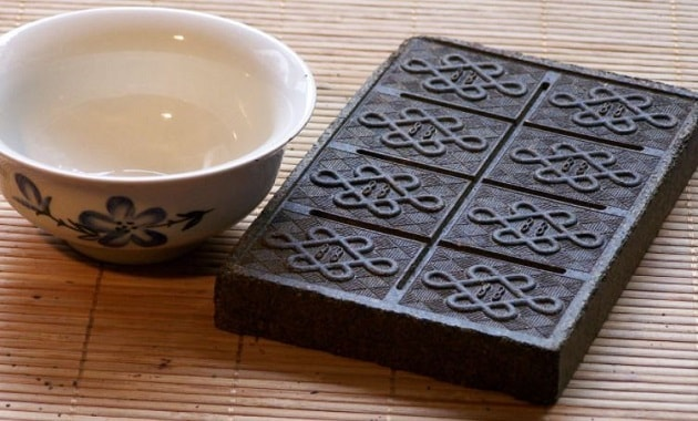 Teh Cina bentuk batu bata sebagai alat pembayaran