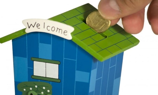 menabung uang di celengan modern