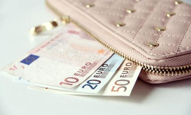menyimpan uang dalam dompet