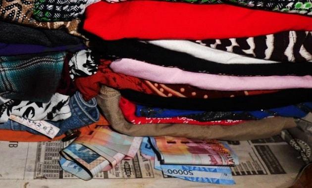 simpan duit diselipkan di tumpukan baju