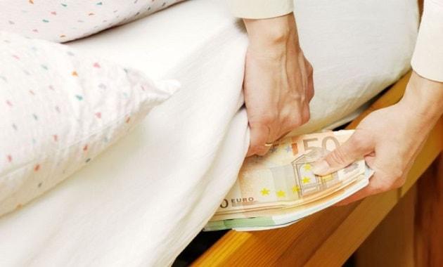 Menyimpan uang di bawah kasur